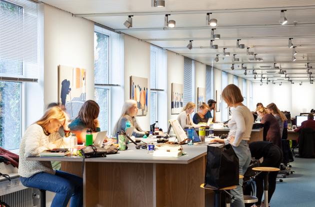 Studerende arbejder i biblioteksrum