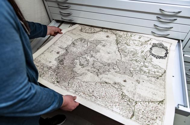 Medarbejder fremviser danmarkskort fra Det Kgl. Biblioteks samlinger